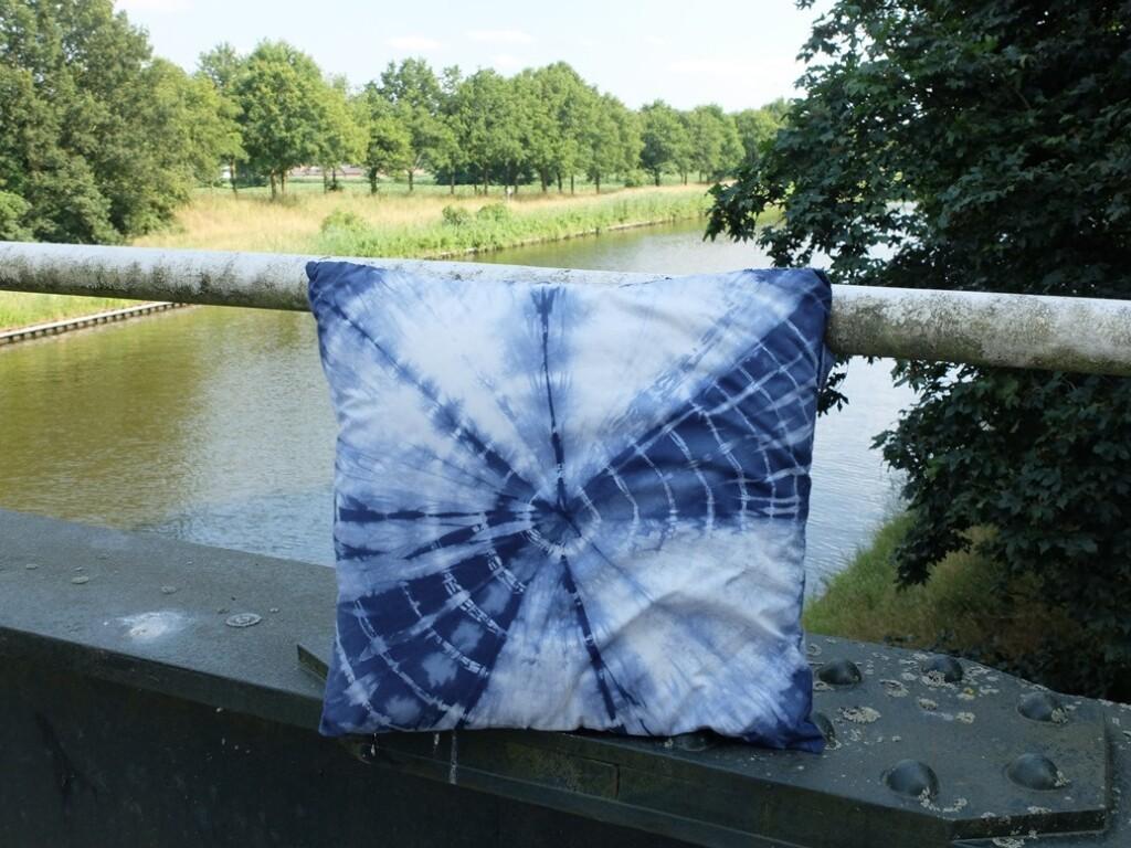 Blauw batik kussen op brug