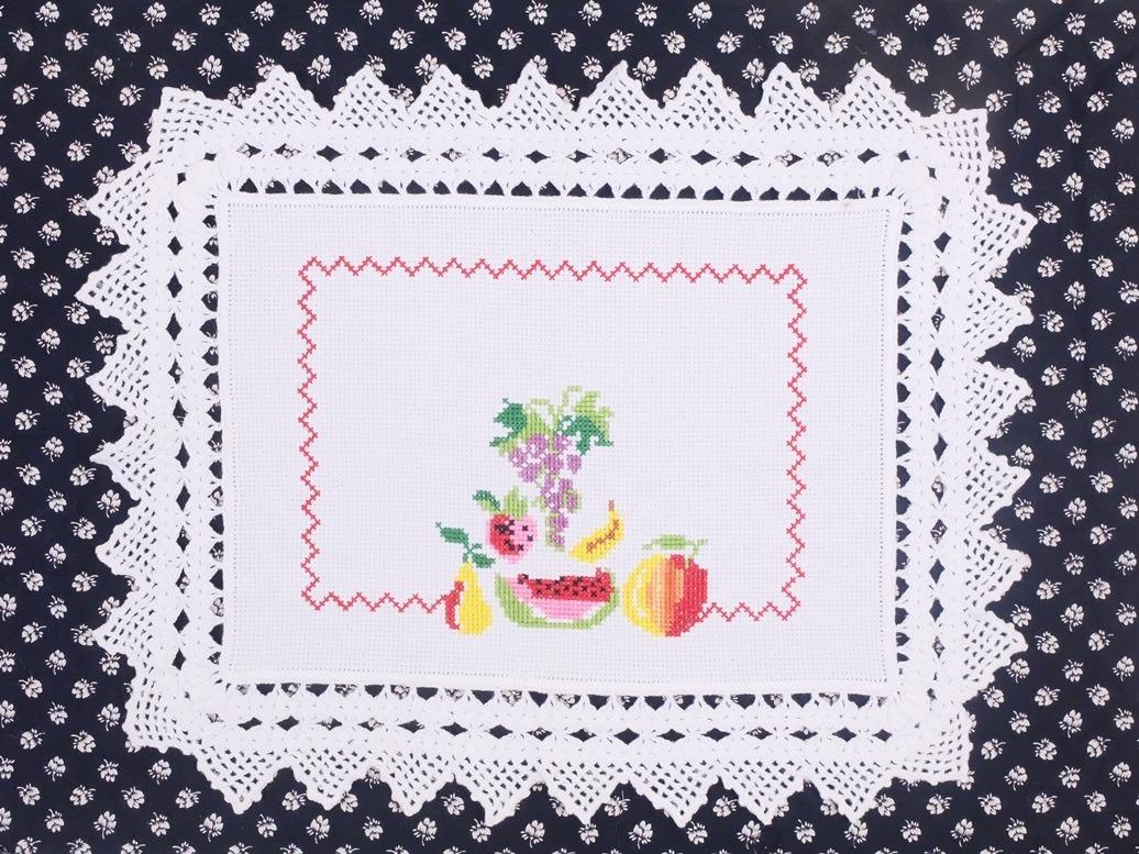 Borduurwerk met fruit en gehaakte rand