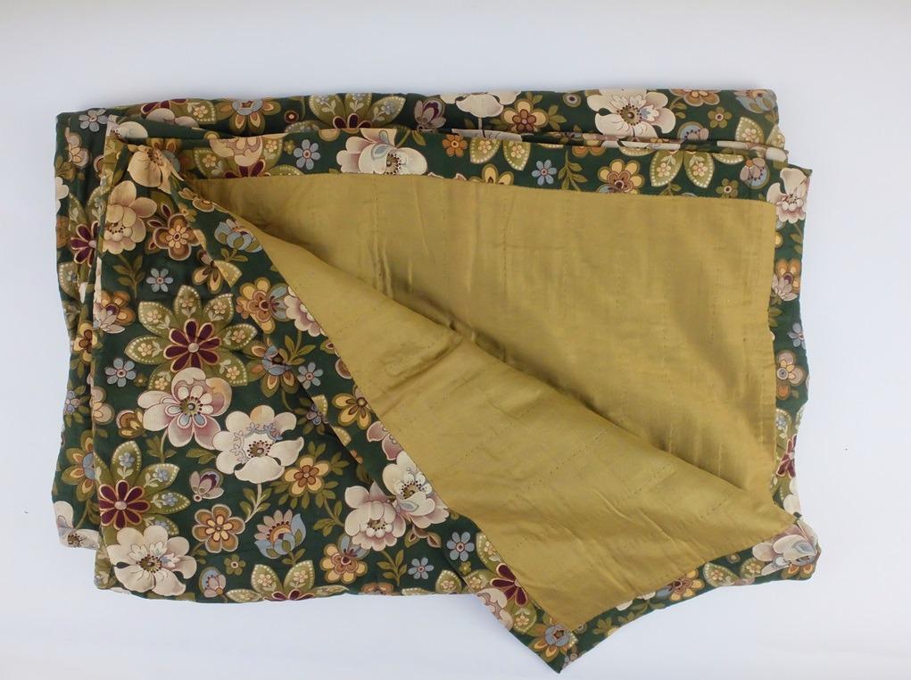 Oude gevoerde groene deken