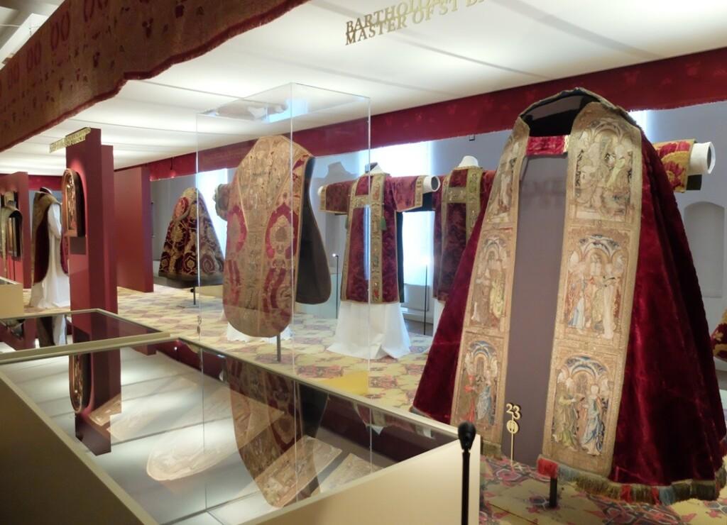 Geborduurde middeleeuwse kerkelijke gewaden