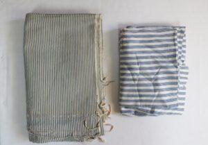 Oud beddegoed blauw witOud beddegoed blauw wit gestreept