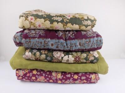 Vijf oude gevoerde dekens