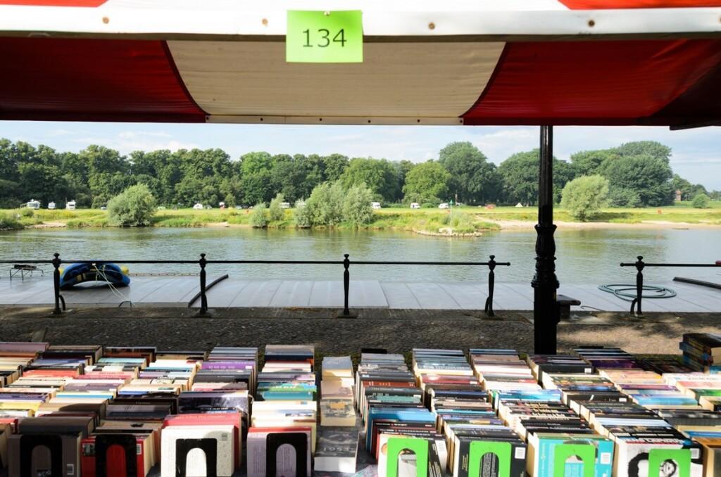 Boekenkraam langs IJssel