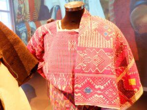 Geborduurde kleding in museum Volkenkunde