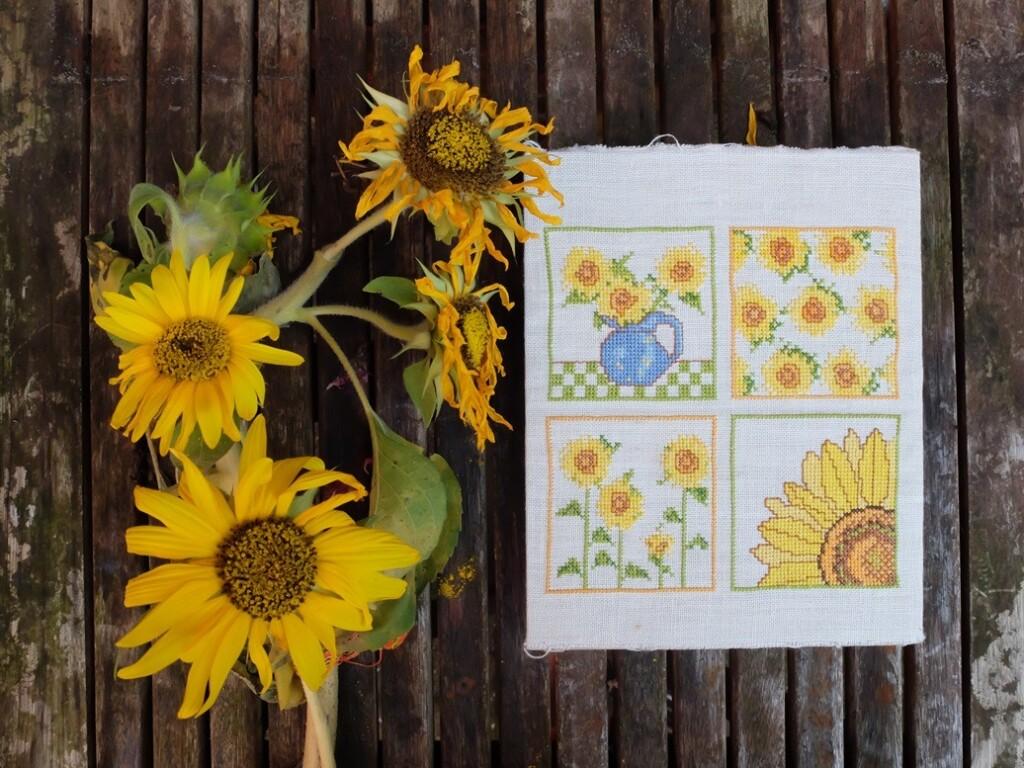 Geborduurde zonnebloemen op tuintafel
