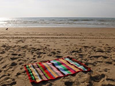Gehaakt dekentje op het strand
