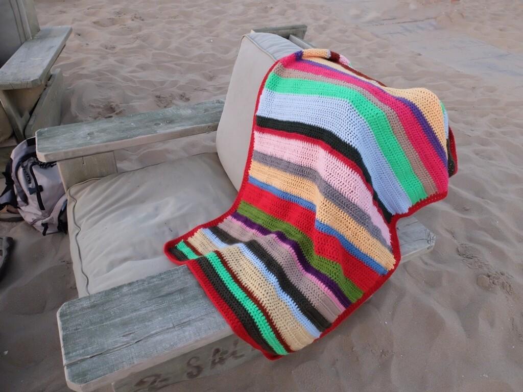 Gehaakt dekentje over strandstoel