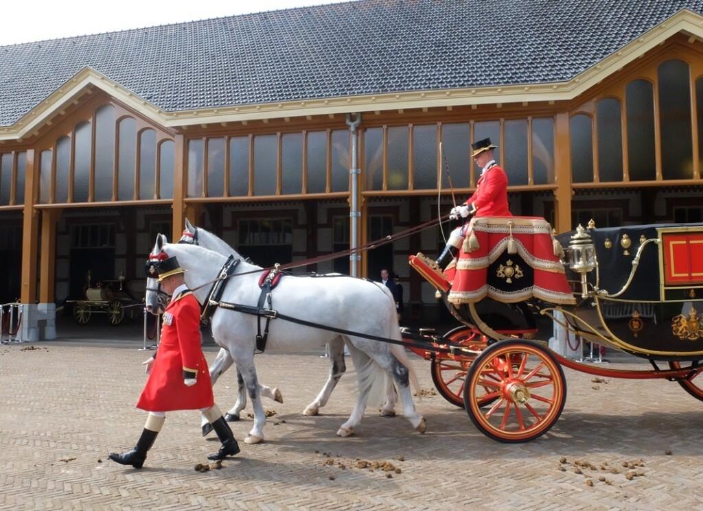 Koets met witte paarden voor stallen het Loo