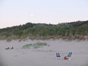 Opkomst volle maan boven duinen