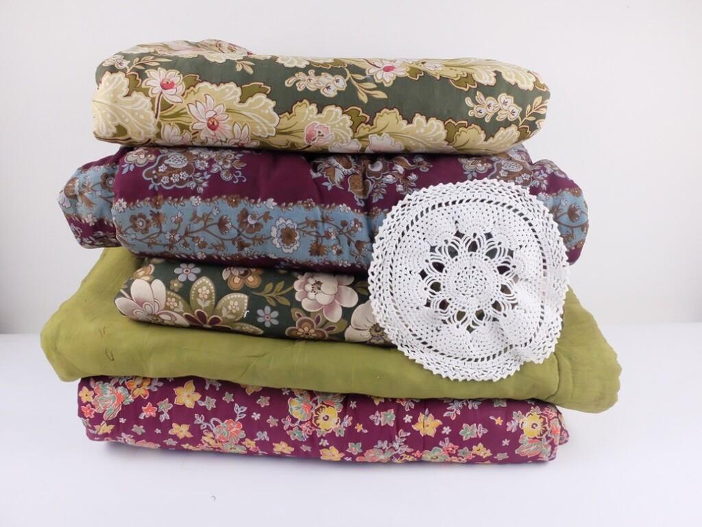 Oude gevoerde dekens met gehaakt kleedje