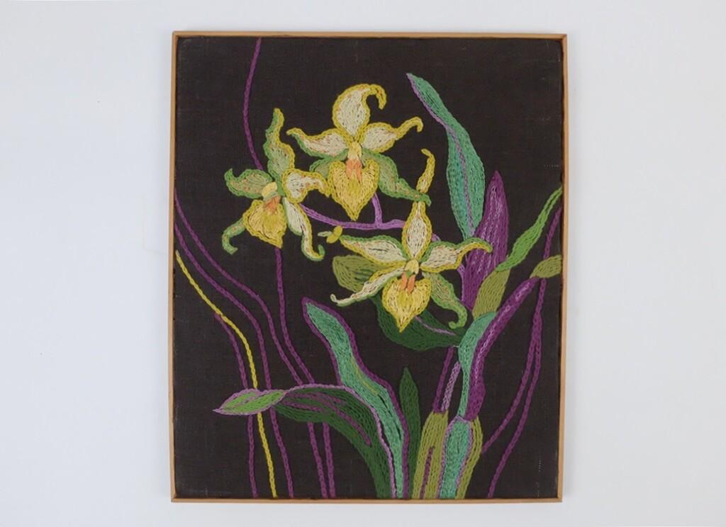 Schilderijtje met geborduurde gele bloemen