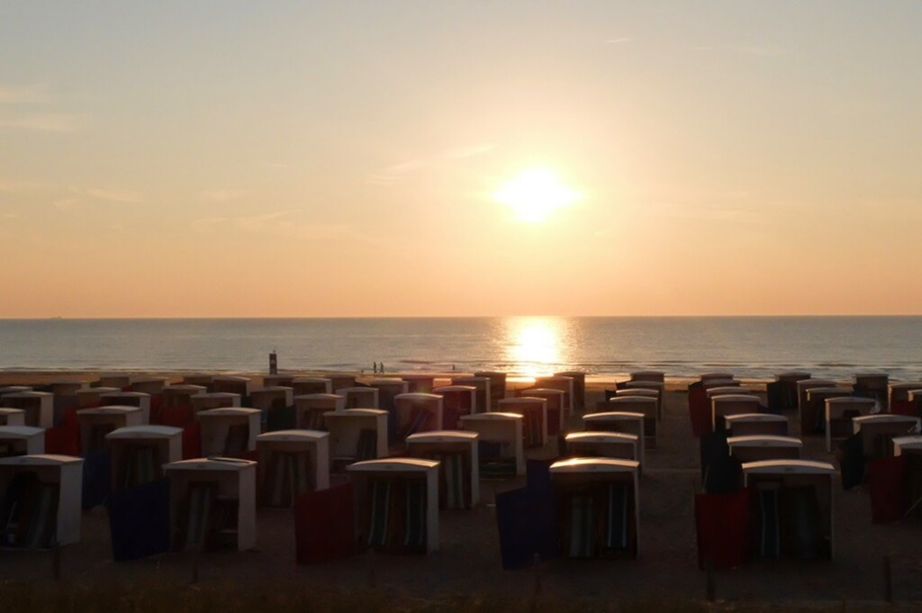Strandhuisjes bij ondergaande zon