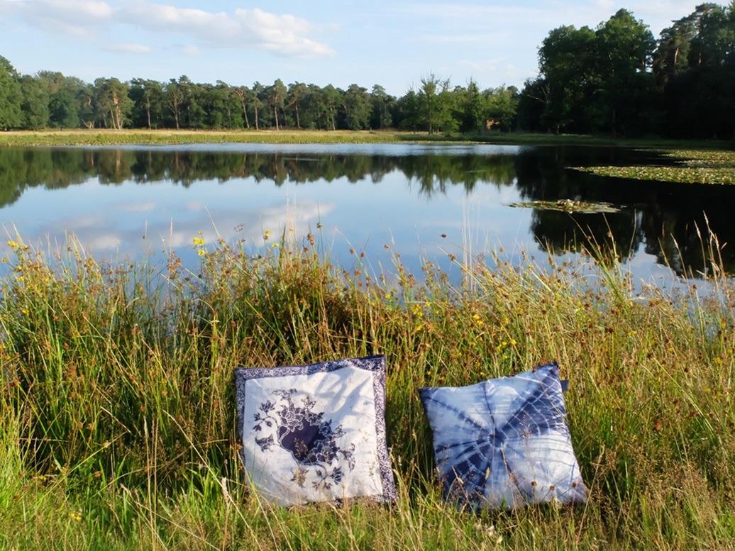 Twee blauwe kussens bij water