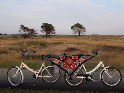 Twee witte fietsen met stola