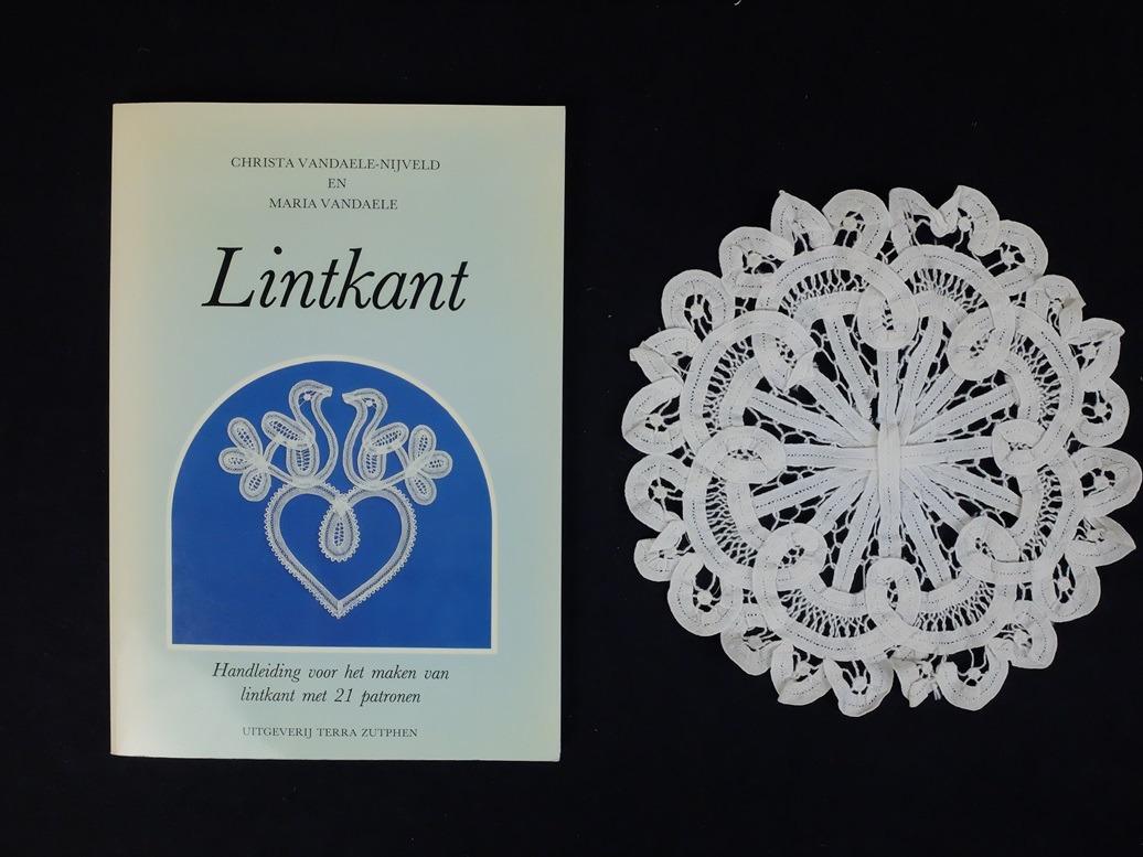 Boek en kleedje Lintkant
