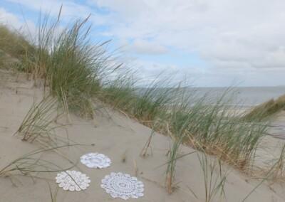 Drie gehaakte kleedjes in duinen