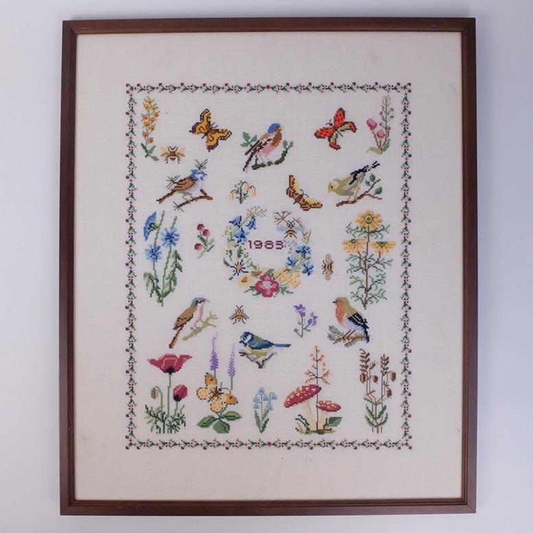Geborduurd schilderij vogeltjes vlinders bloemen