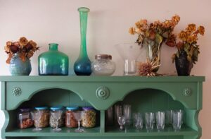 Kast met glazen en droogloemen
