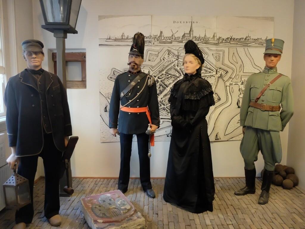 Poppen in oude dracht in museum Doesburg