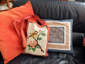 Tapisserietas bij oranje kussen