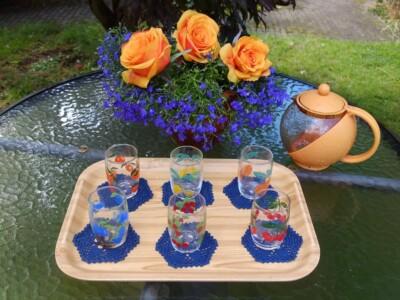 Tuintafel met glazen op gehaakte onderzetters