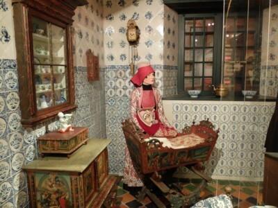 Vrouw bij wieg in museum Hindeloopen