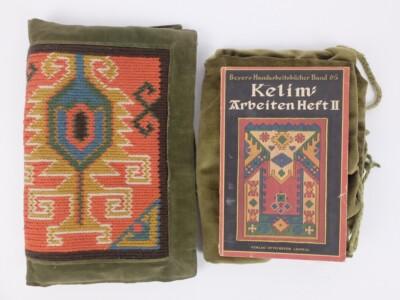 Boekje en oud kussen kelim