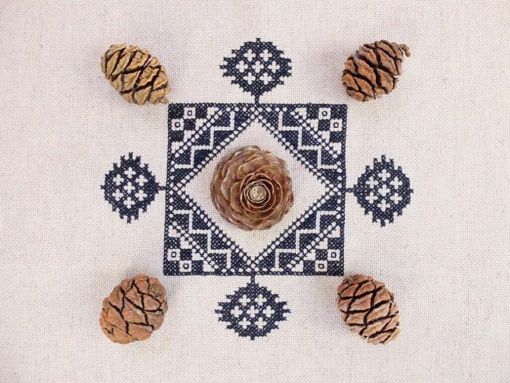 Borduurwerkje met sequoia-kegels