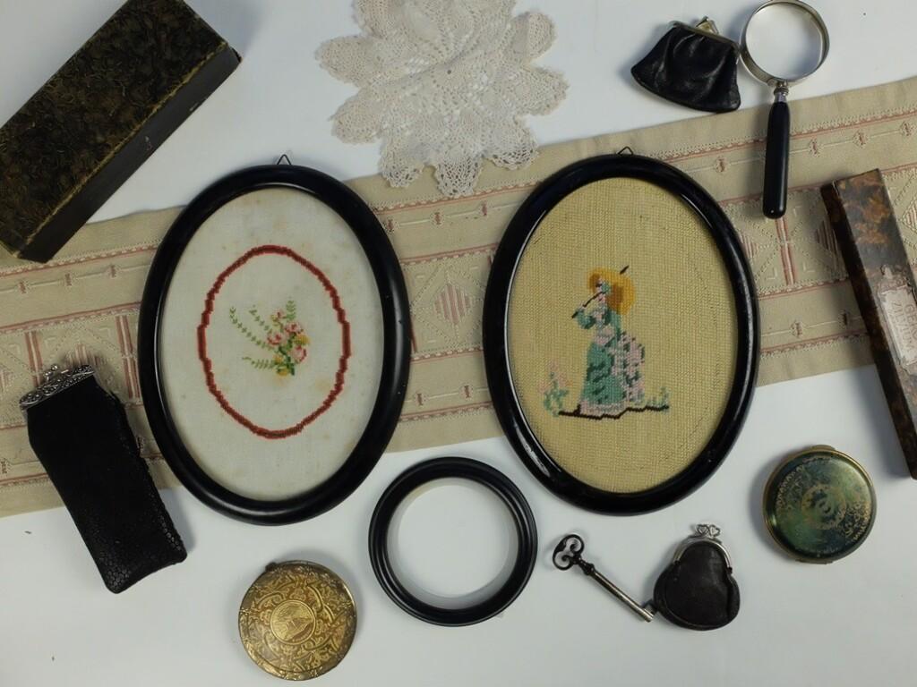 Borduurwerkjes in ovalen lijstjes