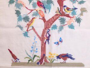 Detail borduurwerk vogeltjesboom
