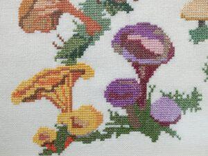 Detail schilderij geborduurde paddestoelen