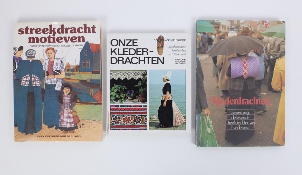 Drie boeken over klederdracht