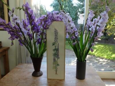 Geborduurd schilderij lupine tussen gladiolen