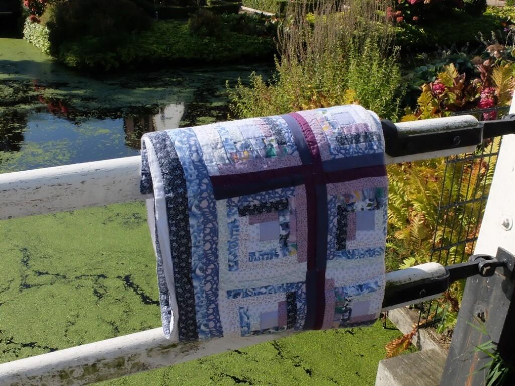 Opgevouwen quilt over ophaalbrug