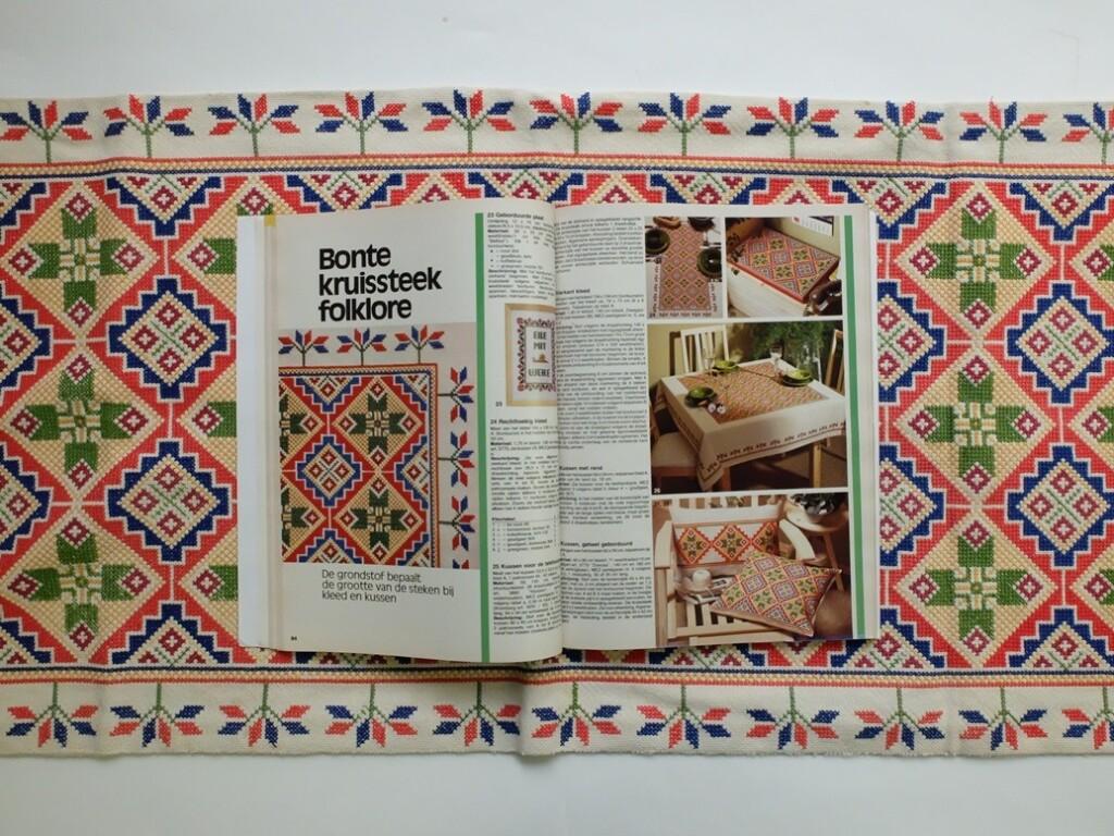 Pagina uit het grote borduurboek Burda