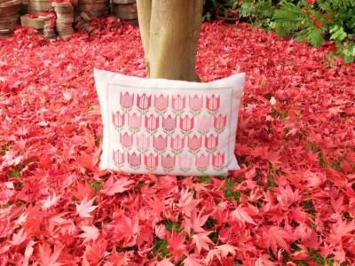 Tulpenkussen tussen herfstbladeren