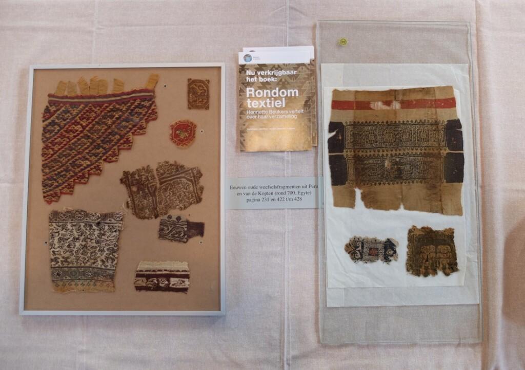 Vitrine met Peruaanse en Koptische weefsels