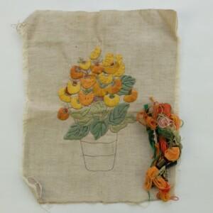 Geborduurde bloemen in platsteek