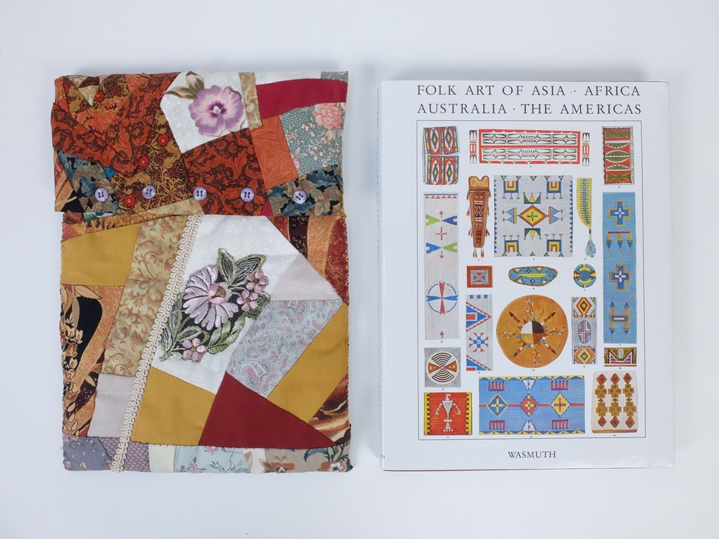 Opbergmap crazy patchwork naast groot boek