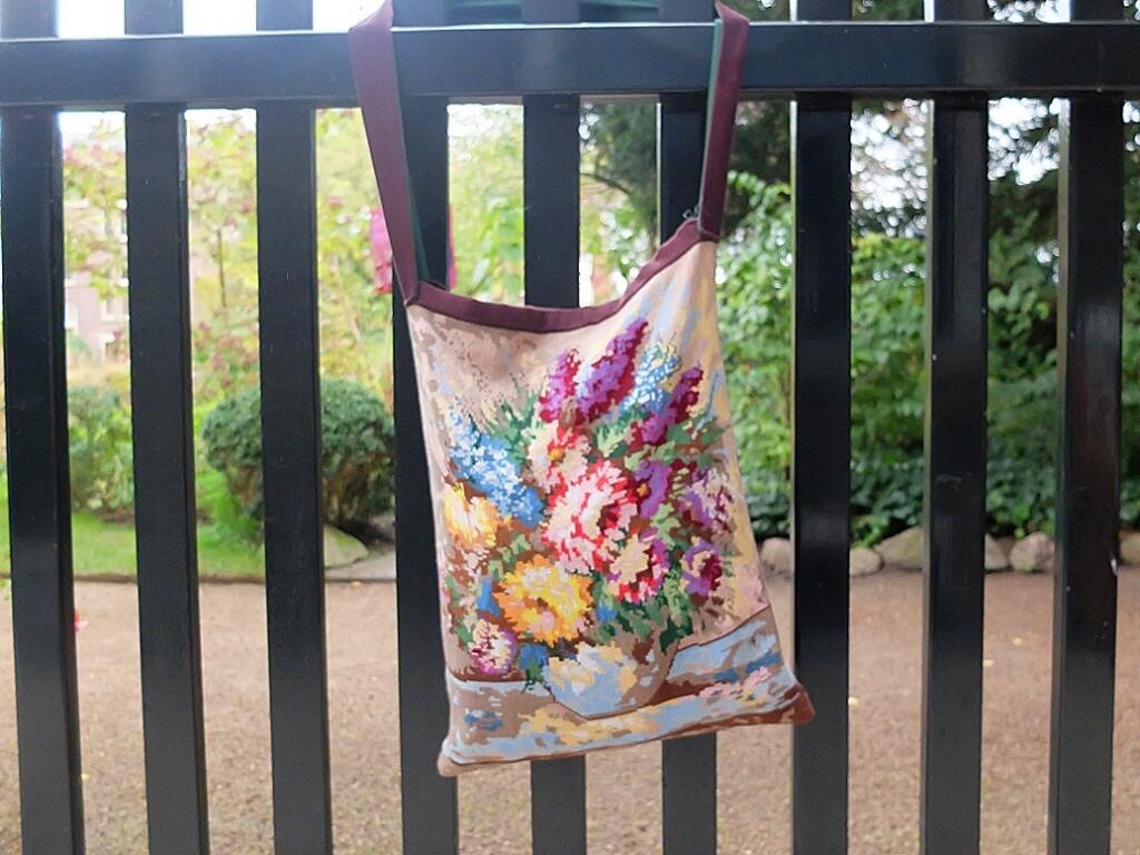 Tas aan groen hek