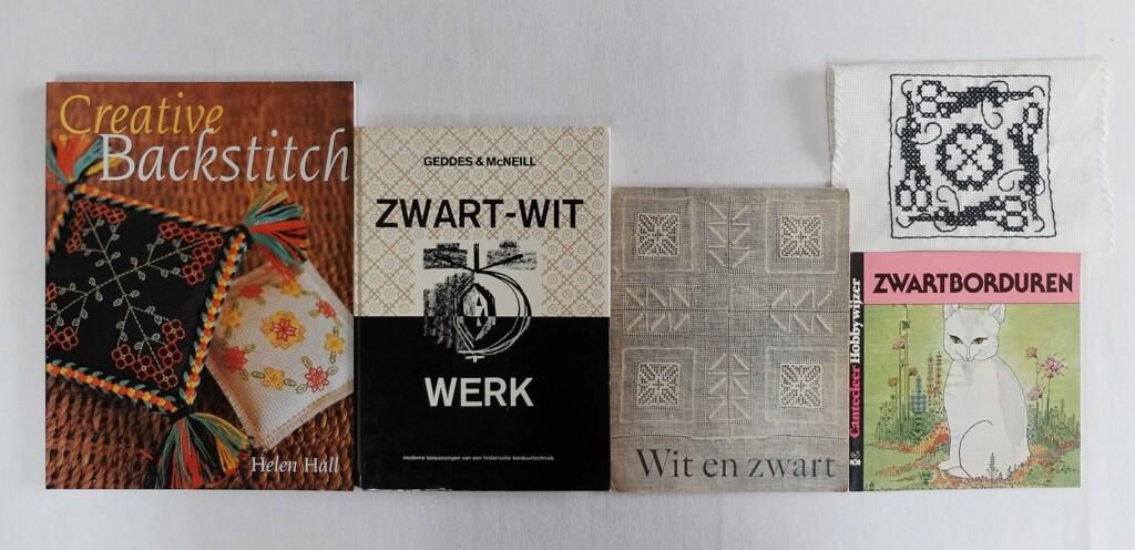 Vier boeken over zwart wit borduren