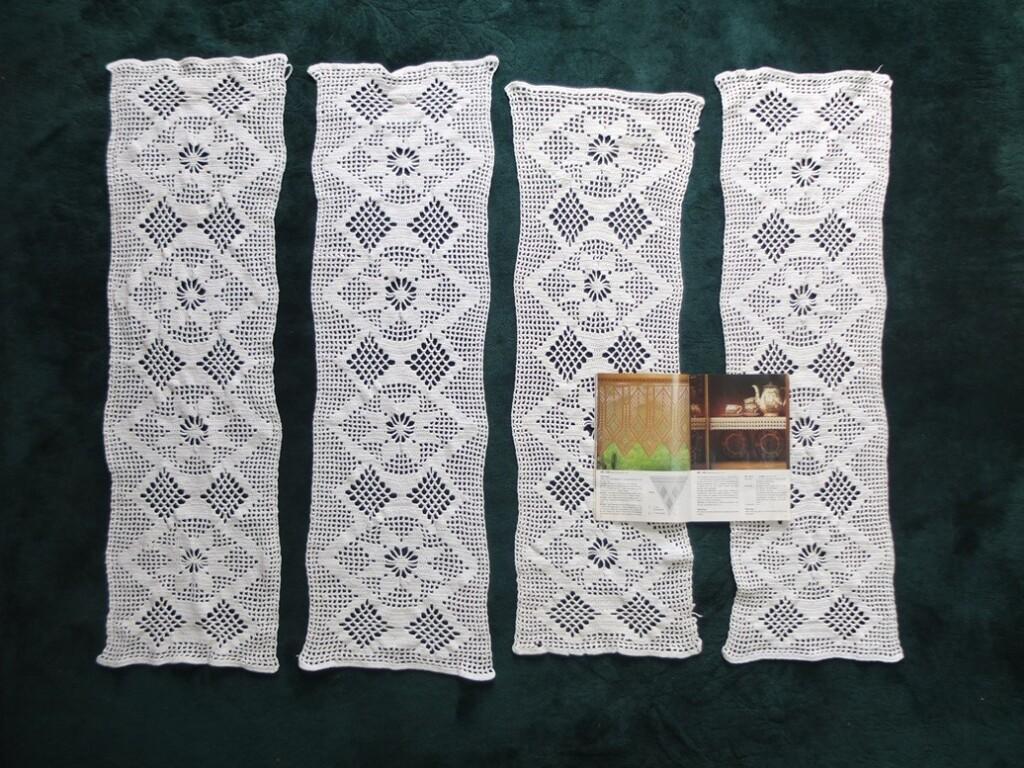 Vier gehaakte gordijntjes met Durable boekje