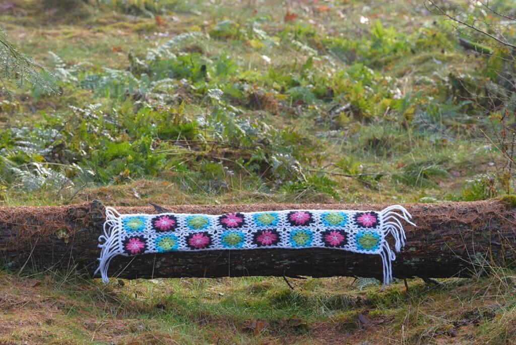 Gehaakte sjaal op boomstam