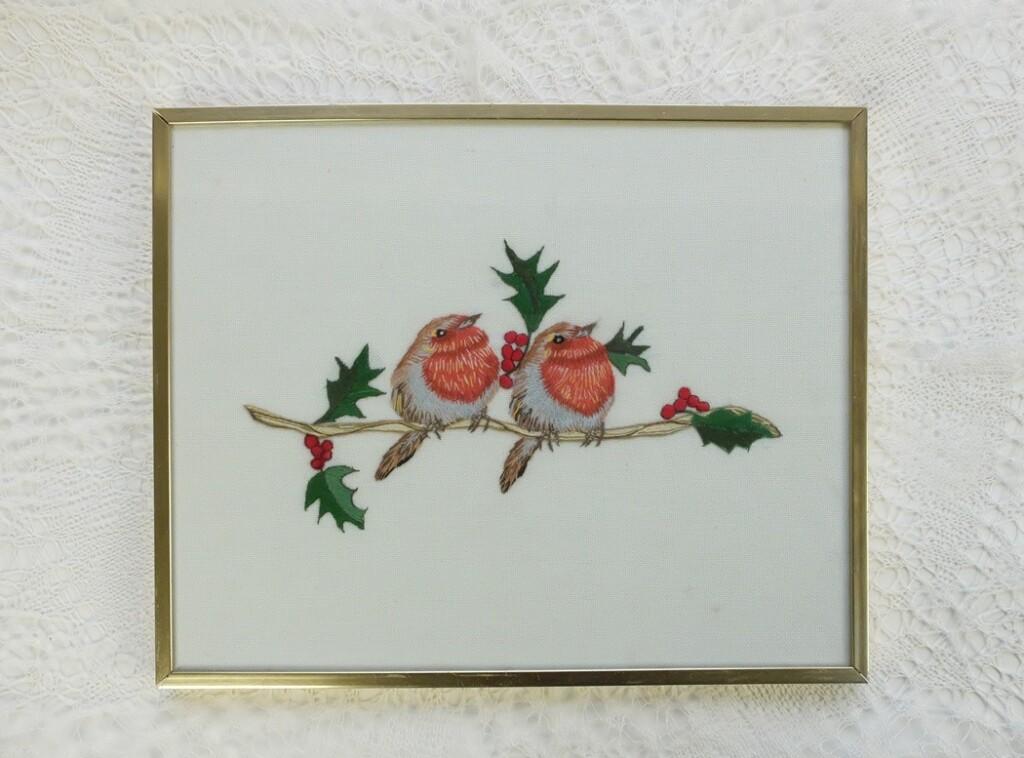 Geborduurd schilderijtje roodborstjes
