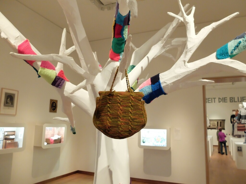 Oude gebreide tas in Fries museum