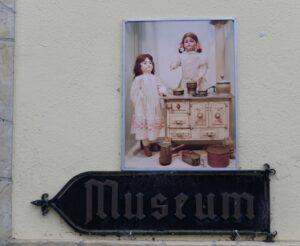 Poppenmuseum-aanduiding