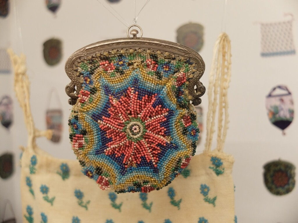 Tasje kralenbreiwerk tentoonstelling Breien