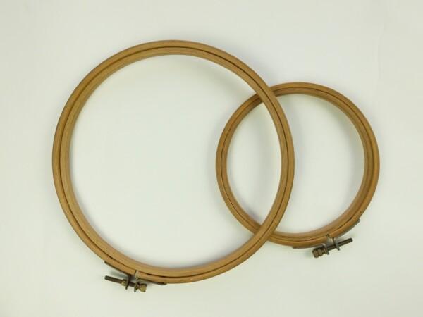 Twee houten borduurringen