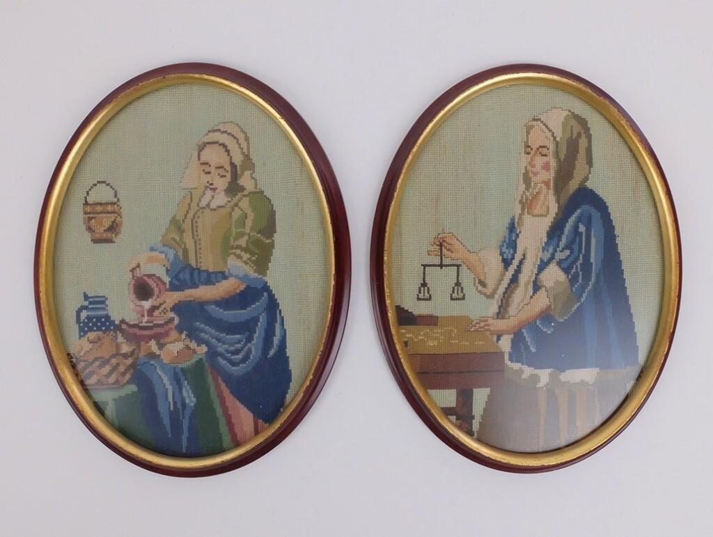 Twee schilderijvrouwen geborduurd in petit point