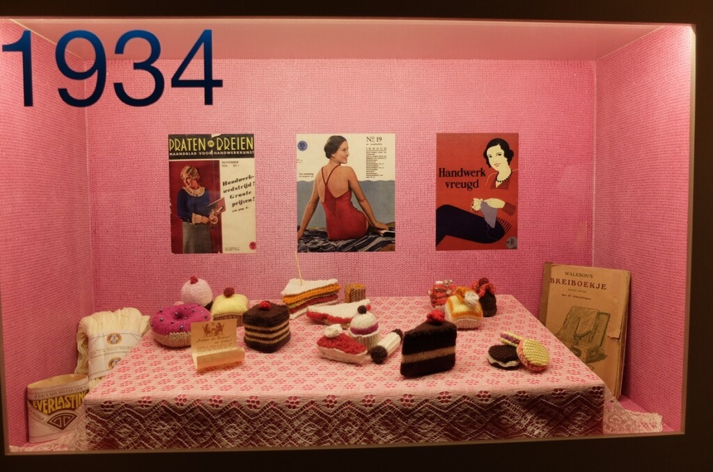 Vitrine 1934 tentoonstelling Breien